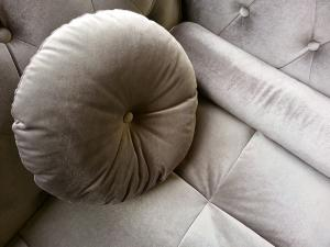 canapé chesterfield velours taupe 10