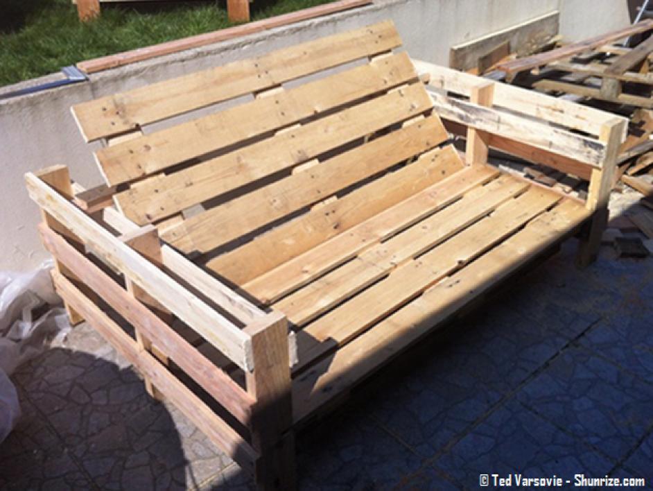 Photos canap palette avec dossier for Comment fabriquer un salon de jardin en bois